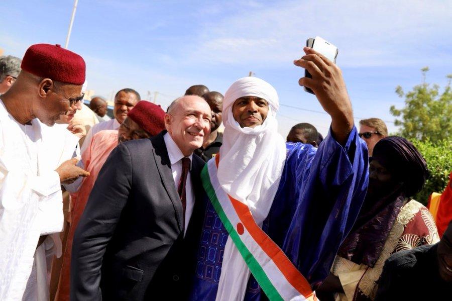 Niger – Le ministre français Gérard Collomb à la rencontre des migrants clandestins àAgadez