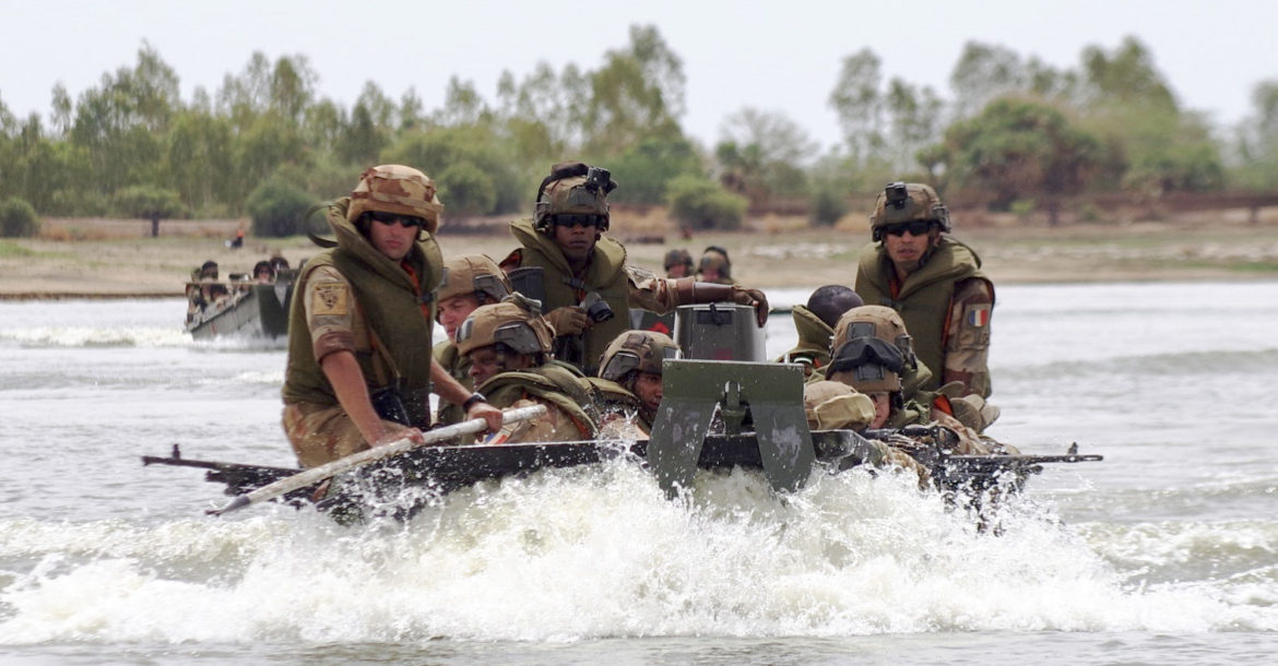 Mali – French desert troops take to boats in Mali