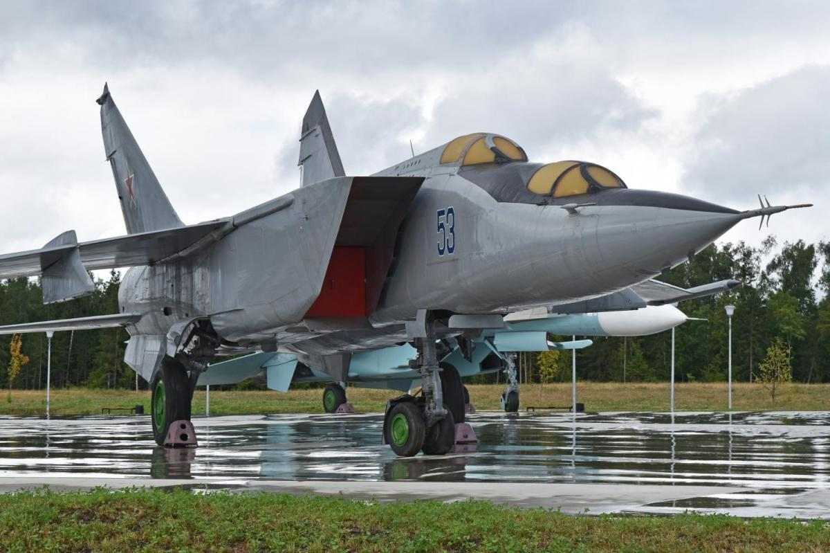 Russia's Mach 3 MiG-25 Foxbat: Built to Take Out a Supersonic Bomber That Never Was Built #Libya