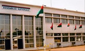 Burkina Faso : le Parlement autorise la prorogation de l'état d'urgence de six mois dans les régions en proie aux attaquesterroristes