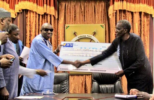 Burkina – Sécurité nationale : Le Patronat burkinabè remet 100 millions de FCFA auxFDS